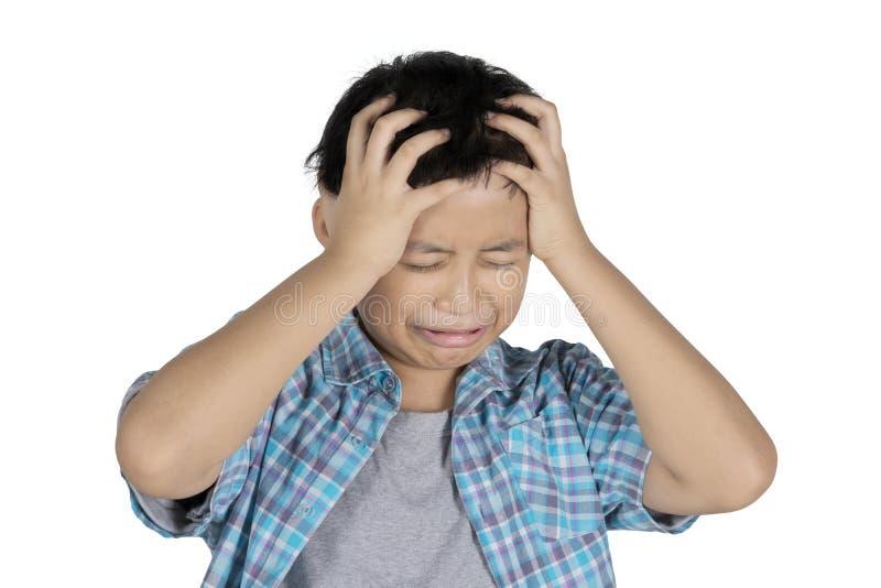 Λυπημένος η στάση αγοριών στο στούντιο στοκ εικόνες με δικαίωμα ελεύθερης χρήσης