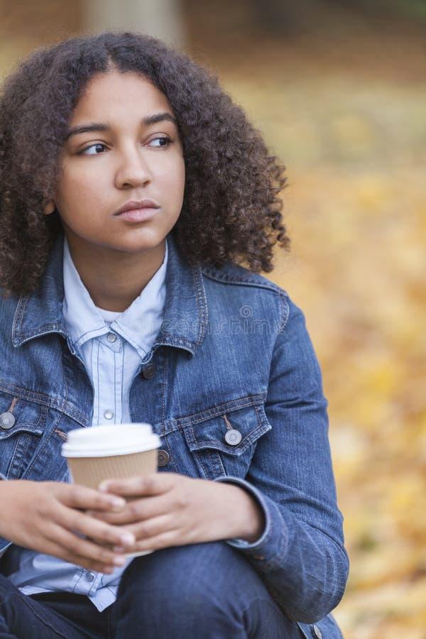 Λυπημένος μικτός καφές κατανάλωσης γυναικών εφήβων αφροαμερικάνων φυλών στοκ φωτογραφία με δικαίωμα ελεύθερης χρήσης