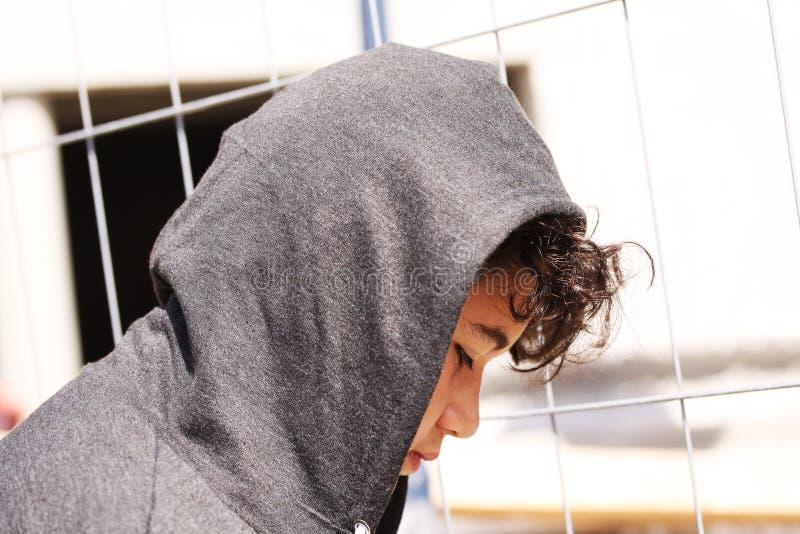 Λυπημένος προβληματικός ισπανικός χρονών έφηβος σχολικών 13 αγοριών που φορά μια τοποθέτηση hoodie υπαίθρια - κλείστε επάνω στοκ φωτογραφίες με δικαίωμα ελεύθερης χρήσης