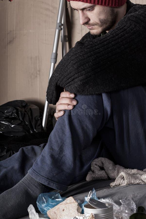 Λυπημένο άστεγο άτομο στην οδό στοκ φωτογραφία