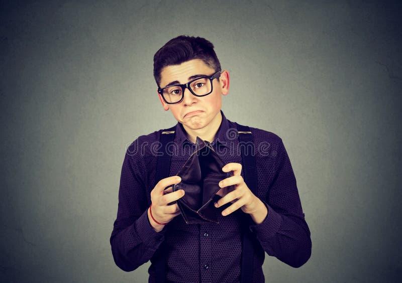 Λυπημένο άτομο με το κενό πορτοφόλι στοκ εικόνα με δικαίωμα ελεύθερης χρήσης