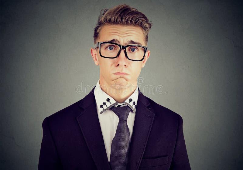 Λυπημένο άτομο οίκτου στα γυαλιά για να φωνάξει περίπου στοκ εικόνες