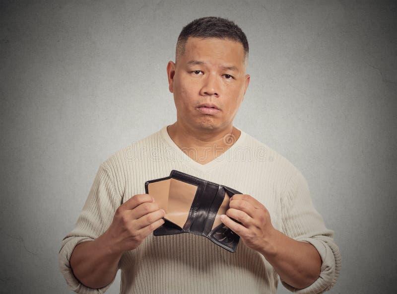 Λυπημένο άτομο που κρατά το κενό πορτοφόλι στοκ φωτογραφίες με δικαίωμα ελεύθερης χρήσης