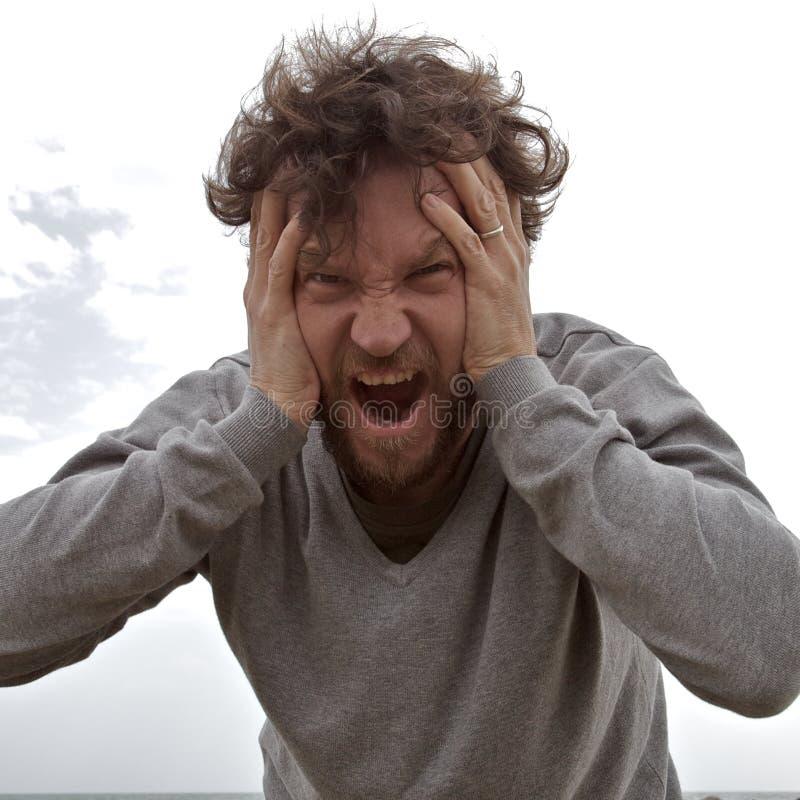 Λυπημένο άτομο που φωνάζει προς τη κάμερα στοκ φωτογραφίες με δικαίωμα ελεύθερης χρήσης