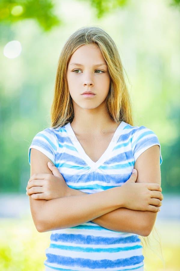 Λυπημένο έφηβη στην μπλε μπλούζα στοκ φωτογραφία με δικαίωμα ελεύθερης χρήσης