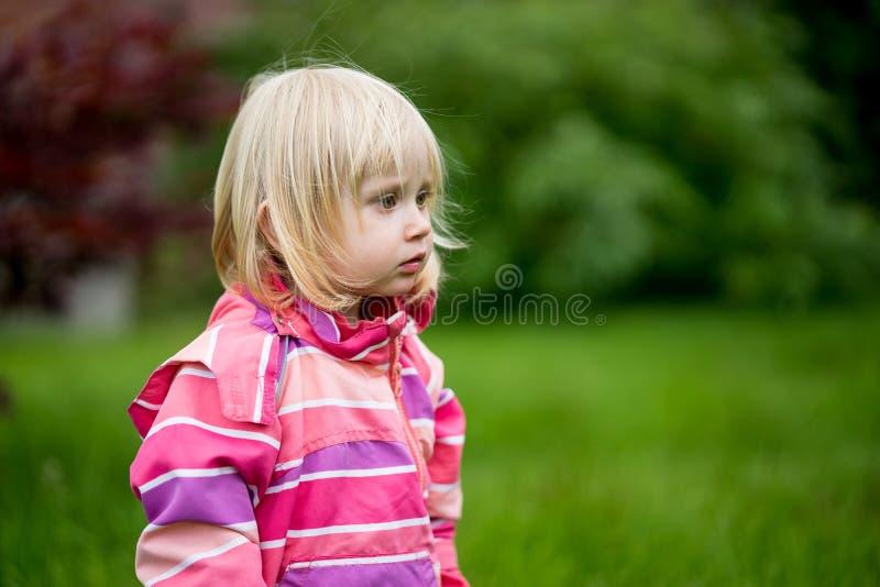 Λυπημένο ή συγχυσμένο κορίτσι στοκ φωτογραφίες με δικαίωμα ελεύθερης χρήσης