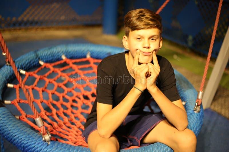 Λυπημένο αγόρι που ταλαντεύεται σε μια ταλάντευση στοκ φωτογραφία με δικαίωμα ελεύθερης χρήσης