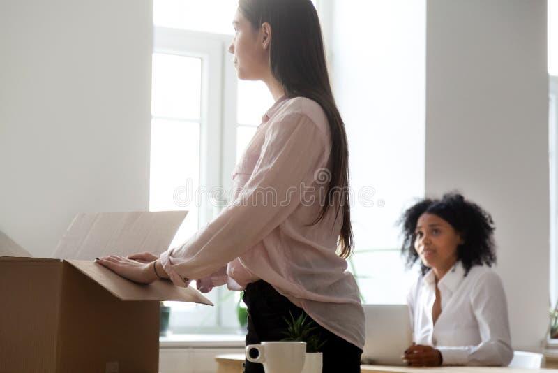 Λυπημένο βαλμένο φωτιά ή απομακρυνθε'ν θηλυκό κιβώτιο συσκευασίας υπαλλήλων στην αρχή στοκ φωτογραφίες με δικαίωμα ελεύθερης χρήσης