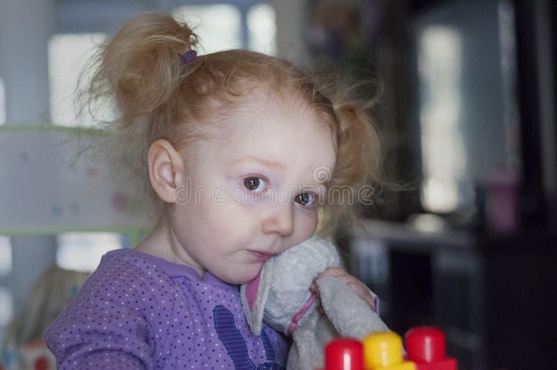 Λυπημένο γεμισμένο εκμετάλλευση παιχνίδι κοριτσιών στο σπίτι στοκ φωτογραφία