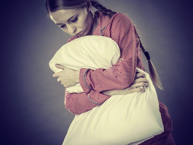 Λυπημένο καταθλιπτικό κορίτσι στο πιάνοντας μαξιλάρι κρεβατιών στοκ εικόνες με δικαίωμα ελεύθερης χρήσης