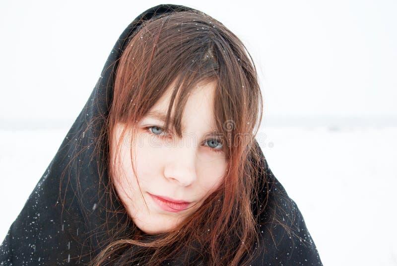 Λυπημένο κορίτσι σε ένα μαύρο headscarf στοκ εικόνες