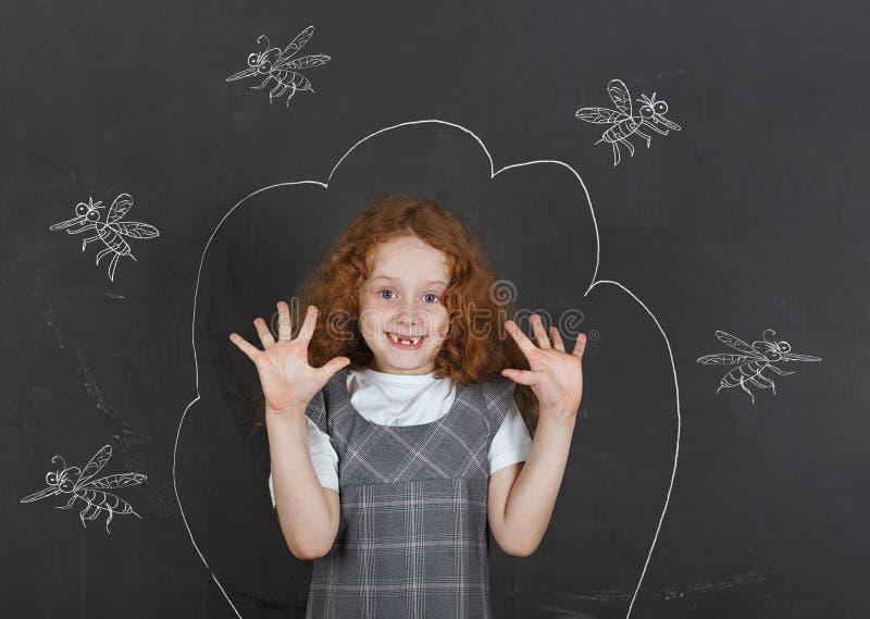 Λυπημένο μικρό κορίτσι φοβισμένο των κουνουπιών δαγκωμάτων στοκ φωτογραφία με δικαίωμα ελεύθερης χρήσης