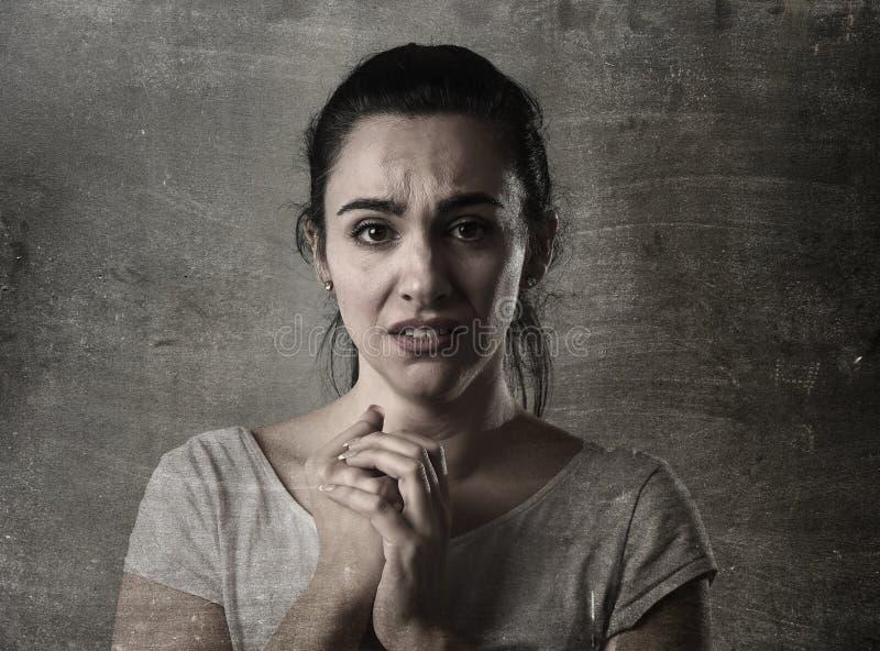 Λυπημένο να φωνάξει γυναικών απελπισμένο και καταθλιπτικό με τα δάκρυα στα μάτια που υφίστανται τον πόνο στοκ φωτογραφία με δικαίωμα ελεύθερης χρήσης