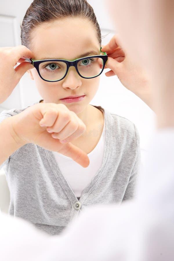 Λυπημένο παιδί με τα γυαλιά στοκ εικόνες