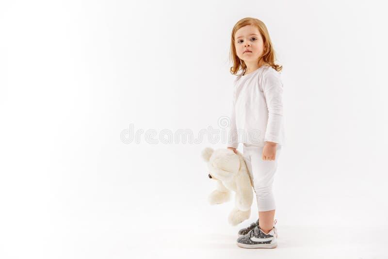 Λυπημένο παιδί που κρατά μαλακό στοκ εικόνα με δικαίωμα ελεύθερης χρήσης