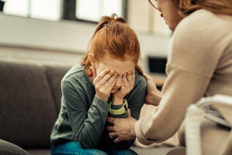 Λυπημένο σκυθρωπό κορίτσι που σκέφτεται για τα προβλήματά της στοκ εικόνες