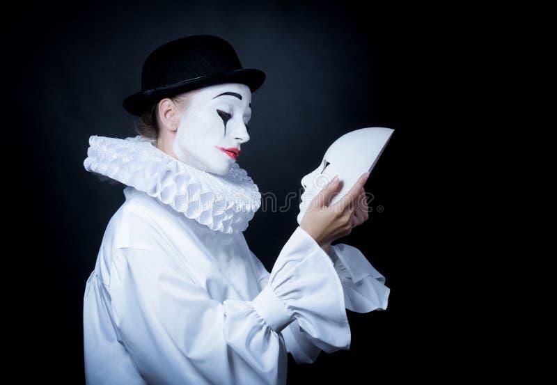 Λυπημένο mime Pierrot που εξετάζει τη μάσκα στοκ φωτογραφία με δικαίωμα ελεύθερης χρήσης