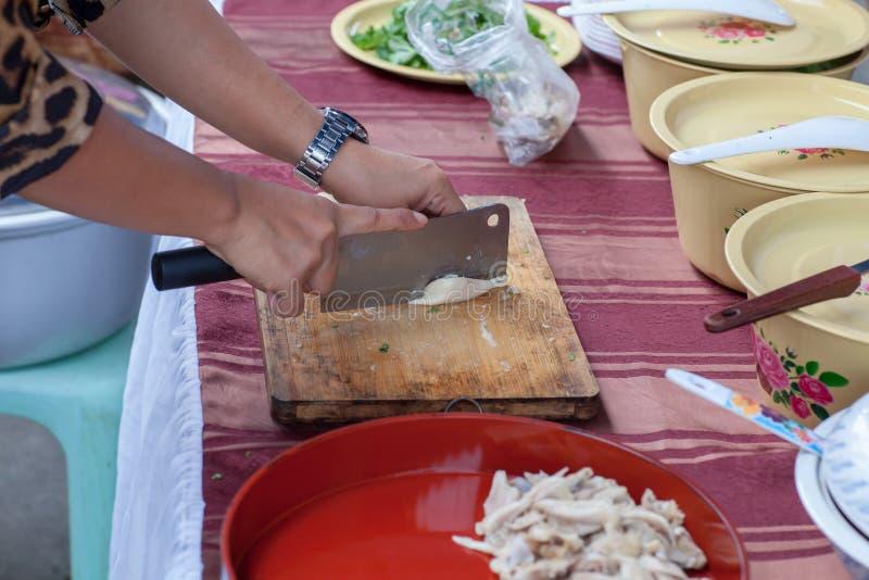 λωρίδα κρέατος κοτόπουλου περικοπών γυναικών Λαχανικό στον πάγκο Τέμνον κρέας χοιρινού κρέατος χασάπηδων στην κουζίνα στοκ εικόνες