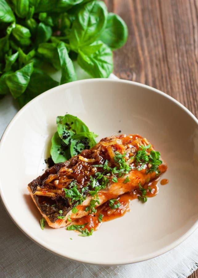 Λωρίδα σολομών που βερνικώνεται στη σάλτσα πιπεροριζών στοκ εικόνα με δικαίωμα ελεύθερης χρήσης