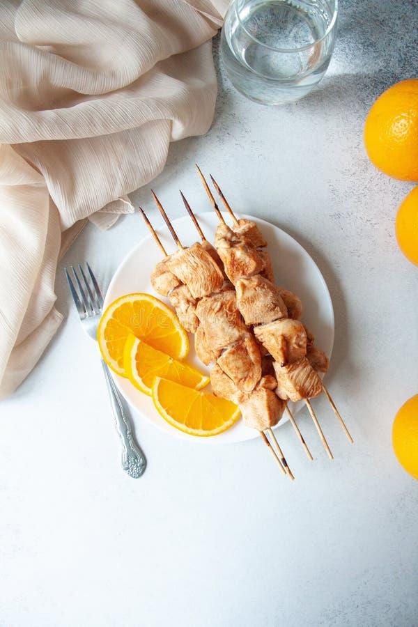 Λωρίδα στηθών κοτόπουλου που ψήνεται με τα πορτοκάλια στοκ εικόνα με δικαίωμα ελεύθερης χρήσης