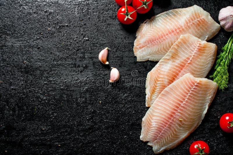 Λωρίδα ψαριών με τις ντομάτες, τον άνηθο και το σκόρδο στοκ εικόνες