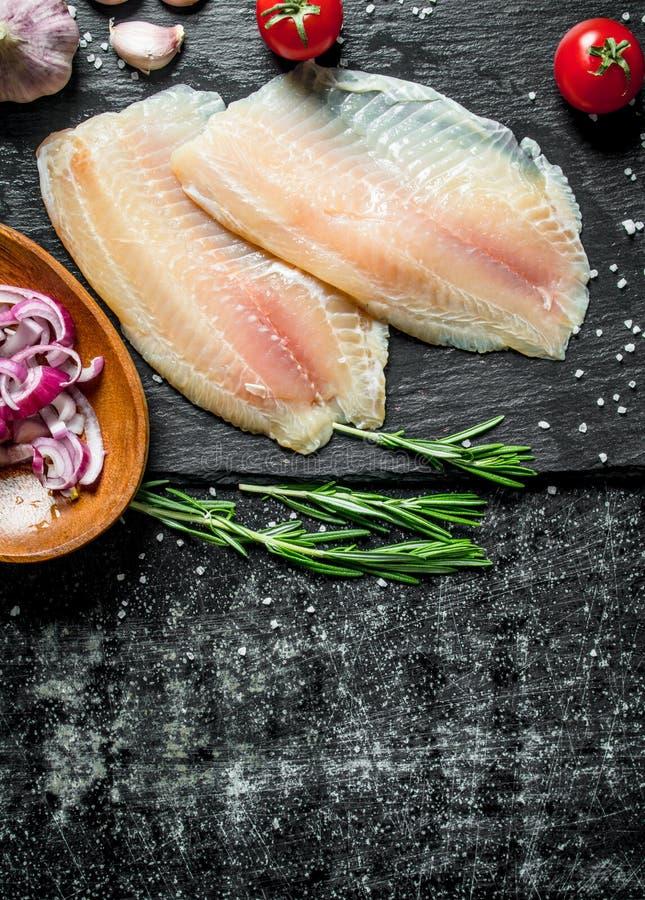 Λωρίδα ψαριών με το τεμαχισμένο κρεμμύδι στο κύπελλο, το σκόρδο και το δεντρολίβανο στοκ φωτογραφίες με δικαίωμα ελεύθερης χρήσης
