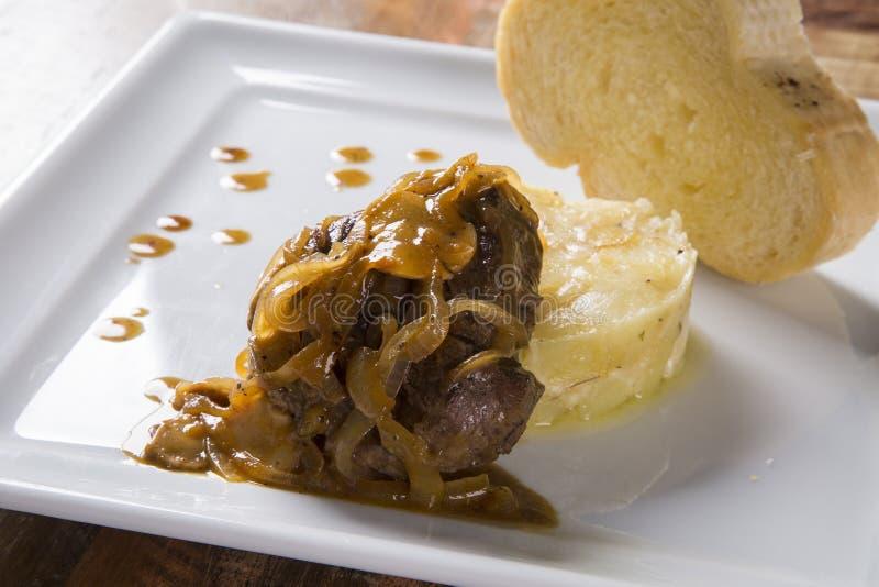 Λωρίδα Mignon με τις πατάτες sauté/βόειο κρέας μπριζόλας με το fru πάθους στοκ εικόνες