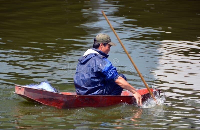 Λόγχη ψαράδων που αλιεύει σε μια βάρκα στη δυτική λίμνη στο Ανόι στοκ φωτογραφία με δικαίωμα ελεύθερης χρήσης