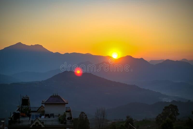 Λόφοι και ηλιοβασίλεμα στοκ εικόνα