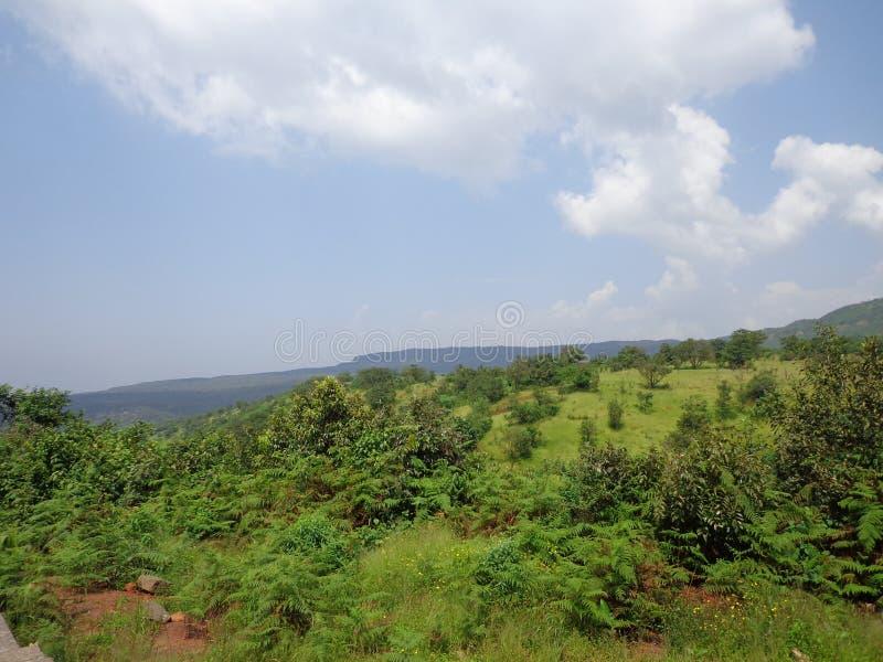 Λόφοι και σειρά βουνών, άποψη τοπίων πρασινάδων δέντρων στοκ εικόνα με δικαίωμα ελεύθερης χρήσης