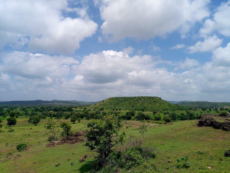 Λόφοι με επάνω από τα άσπρο clufs και το μπλε ουρανό και το πράσινο τοπίο στοκ εικόνες