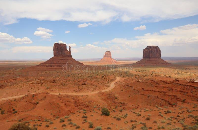 Λόφος δυτικών γαντιών, λόφος και Merrick Butte ανατολικών γαντιών στην κοιλάδα μνημείων στοκ φωτογραφία με δικαίωμα ελεύθερης χρήσης