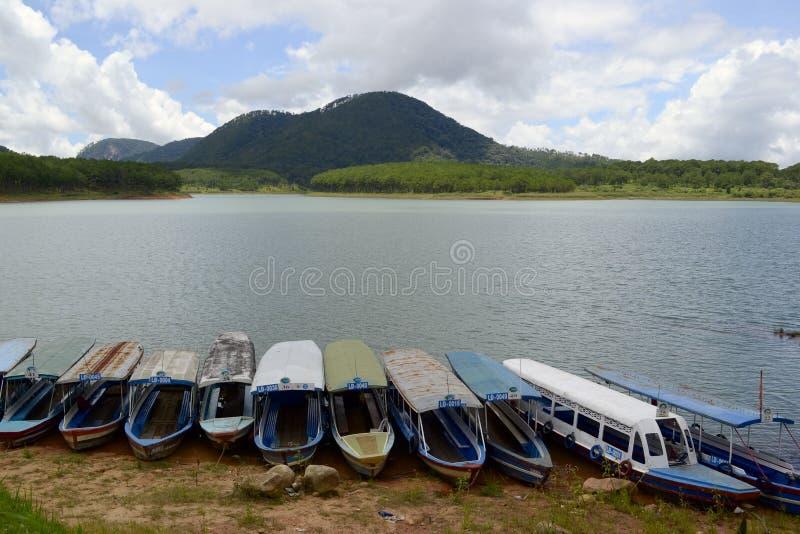 Λόφος και πορθμεία βουνών για τα ταξίδια βαρκών στη λίμνη στοκ φωτογραφία με δικαίωμα ελεύθερης χρήσης