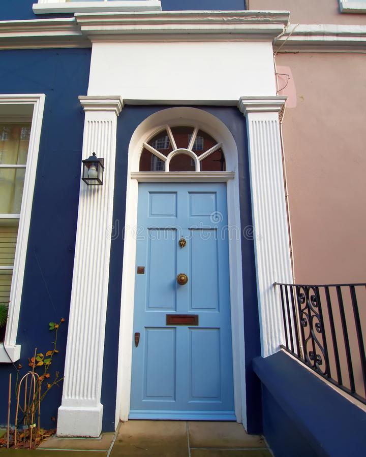 Λόφος Notting, Λονδίνο, ζωηρόχρωμη είσοδος με την ανοικτό μπλε σχηματισμένη αψίδα πόρτα στοκ φωτογραφίες με δικαίωμα ελεύθερης χρήσης