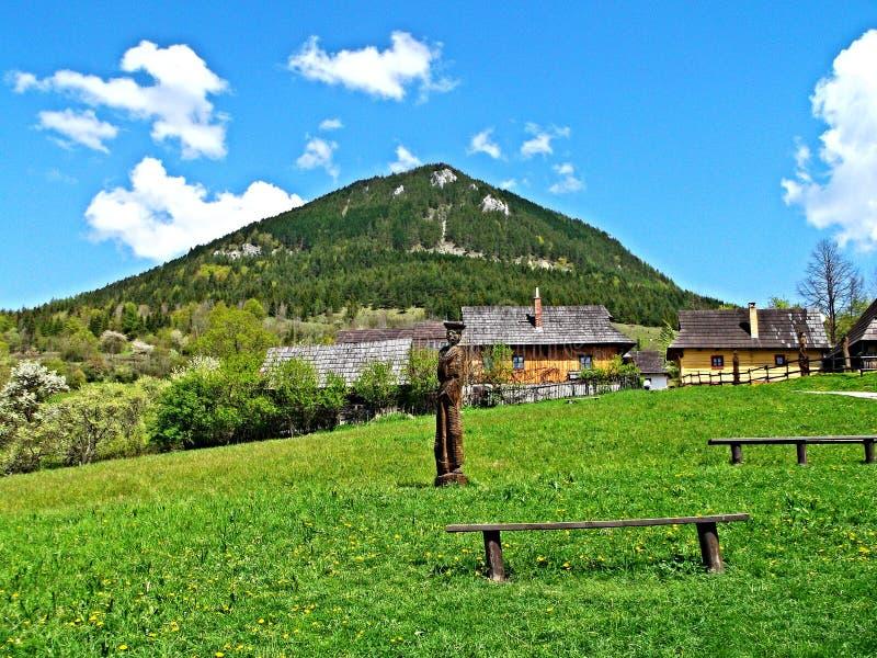 Λόφος Sidorovo επάνω από Vlkolinec Το Vlkolinec καταχωρήθηκε στον κατάλογο παγκόσμιας πολιτιστικούς και φυσικούς κληρονομιάς της  στοκ εικόνες
