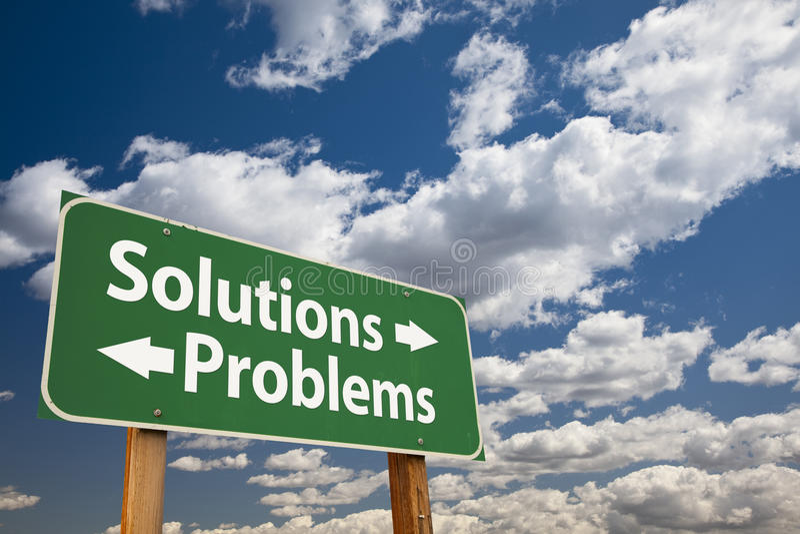 Λύσεις, πράσινο οδικό σημάδι προβλημάτων πέρα από τα σύννεφα στοκ εικόνα