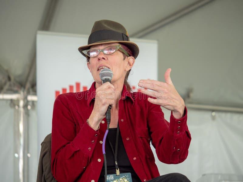 Λ Α Kauffman που μιλά στο φεστιβάλ βιβλίων Bay Area του 2018 σε ένα abo επιτροπής στοκ εικόνα