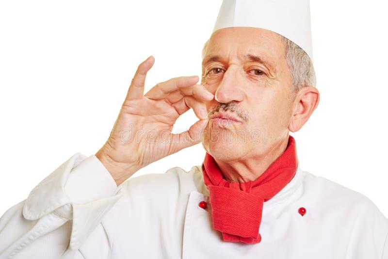 Μάγειρας αρχιμαγείρων που κάνει τη χειρονομία για το καλό γούστο στοκ εικόνα με δικαίωμα ελεύθερης χρήσης