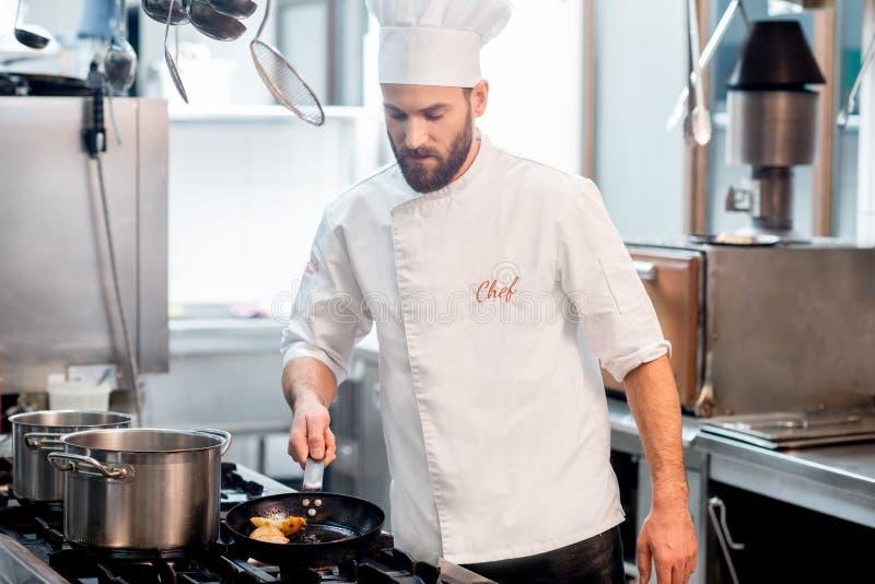 Μάγειρας αρχιμαγείρων στην κουζίνα στοκ φωτογραφία με δικαίωμα ελεύθερης χρήσης