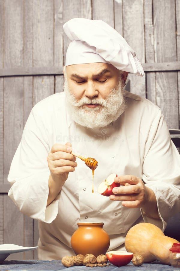 Μάγειρας με το μέλι και τα τρόφιμα στοκ φωτογραφίες με δικαίωμα ελεύθερης χρήσης