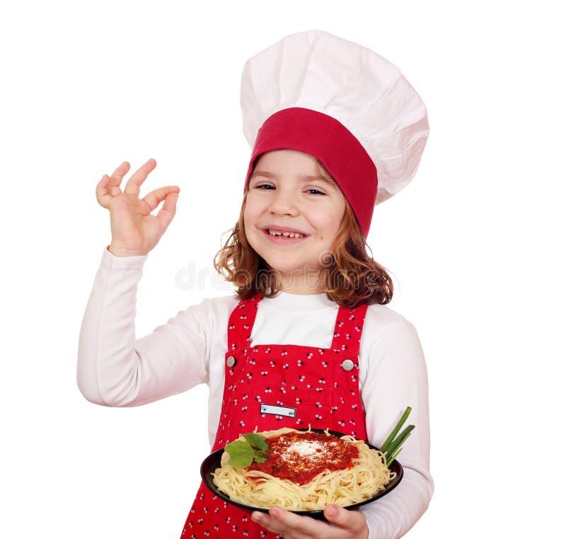 Μάγειρας μικρών κοριτσιών με τα μακαρόνια στοκ φωτογραφία με δικαίωμα ελεύθερης χρήσης