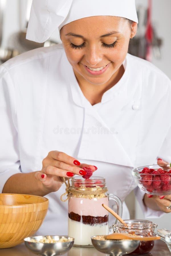 Μάγειρας που κατασκευάζει ένα επιδόρπιο στοκ εικόνα