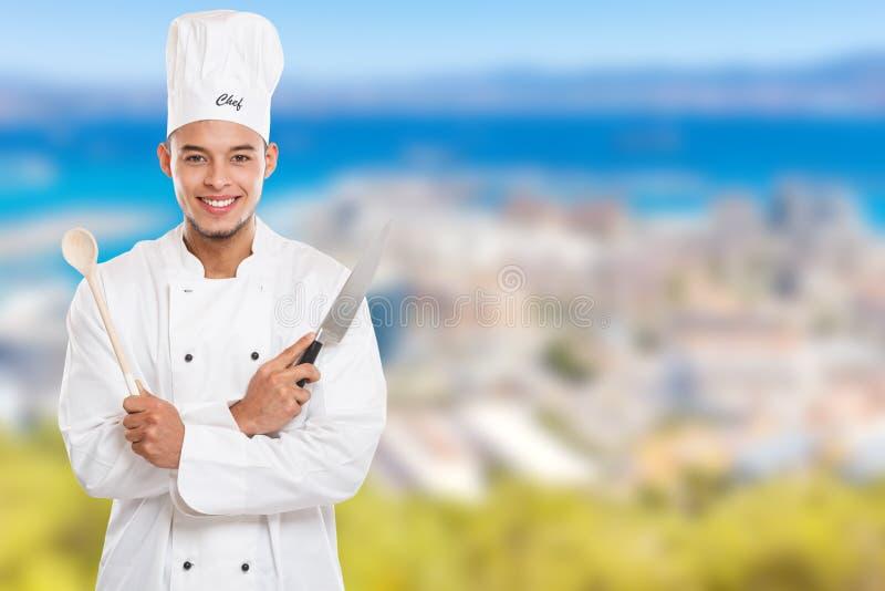 Μάγειρας που μαγειρεύει το αρσενικό διάστημα αντιγράφων εργασίας νεαρών άνδρων copyspace στοκ εικόνα με δικαίωμα ελεύθερης χρήσης