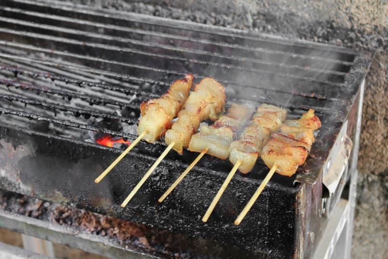 Μάγειρας χοιρινού κρέατος στη σχάρα φραγμός-β στο ταϊλανδικό ύφος με τον καπνό πυρκαγιάς στοκ φωτογραφία με δικαίωμα ελεύθερης χρήσης