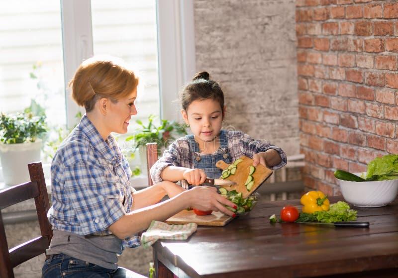 Μάγειρας Mom και κορών μαζί στο σπίτι στοκ εικόνα