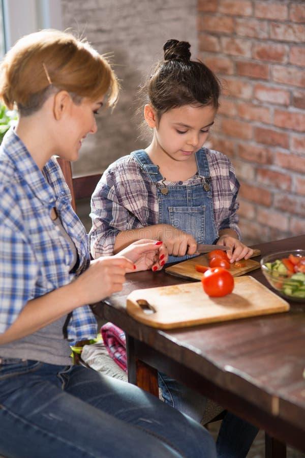 Μάγειρας Mom και κορών μαζί στο σπίτι στοκ εικόνες