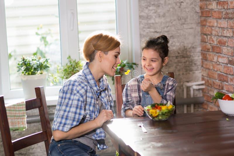 Μάγειρας Mom και κορών μαζί στο σπίτι στοκ φωτογραφίες