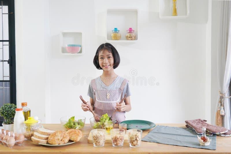 Μάγειρες μικρών κοριτσιών στην κουζίνα στοκ εικόνα
