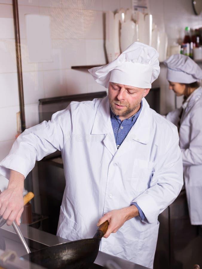 Μάγειρες που χαιρετούν τους πελάτες στο bistro στοκ εικόνα