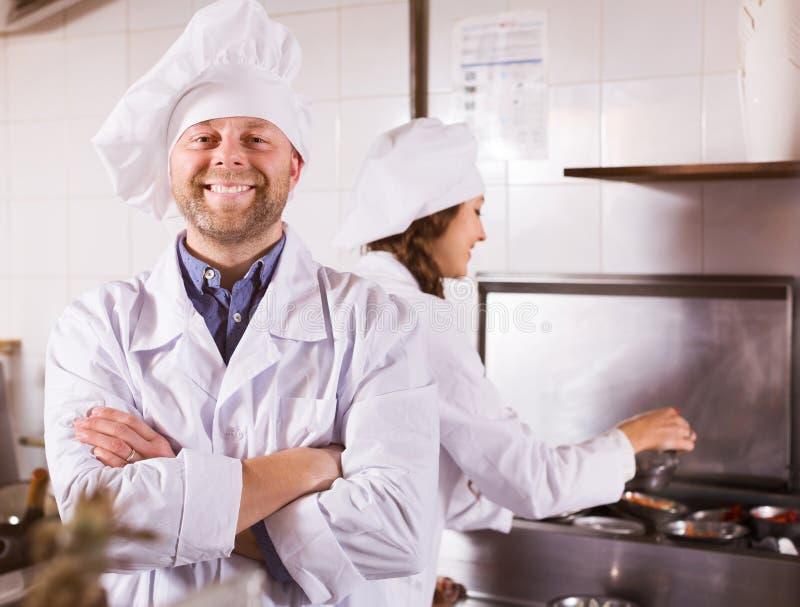 Μάγειρες που χαιρετούν τους πελάτες στο bistro στοκ φωτογραφία με δικαίωμα ελεύθερης χρήσης